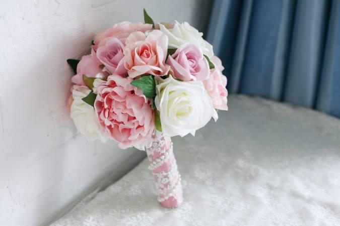 مسكة عروس مميزة باللون الزهري والأبيض