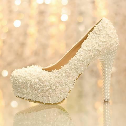 الحذاء الخاص ببدلة العرس.